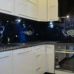 Panel szklany w kuchni, limonki, cytryny wpadające do wody