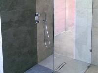 ścianka szklana zamiast kabiny z drzwiami