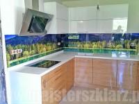 Las, góry, jeziora: szkło zamiast płytek w kuchni