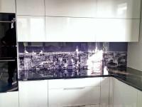 Panel szklany w kuchni z motywem miasta