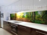 Las motywem grafiki na panelu w kuchni