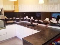 okładzina szklana w kuchni z motywem czarnych kamieni