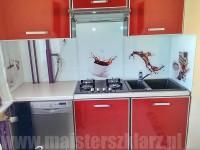 Panele szklane z motywem kawy w kuchni o frontach czerwonych