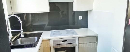 Montaż dwukolorowego panelu szklanego w kuchni