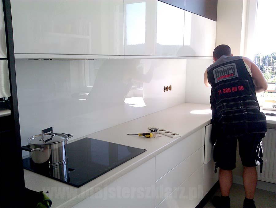 Zdjęcie nr 1. Montaż szyby w kuchni. Duży wybór kolorów, rożne grubości szkła, hartowane, na wymiar. SPRAWDŹ naszą ofertę, dobre ceny, SZYBKIE realizacje, zadowolenie z jakości. Zamów sprawdzonego szklarza z Wrocławia!